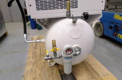 šroubový kompresor Gardner Denver, typ ESM 7 TK (sestava kompresoru a kondenzačního sušiče na ležatém vzdušníku) s filtrem MTA, série PureTec na výstupu ze vzdušníku